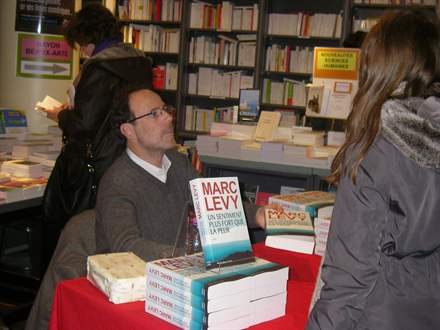PHOTO-3 - Marc Levy, Librairie de Paris 15.2.2013 - Versilio