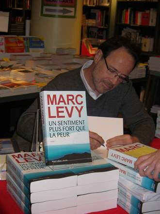 PHOTO-7 - Marc Levy, Librairie de Paris 15.2.2013 - Versilio