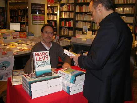 PHOTO-8 - Marc Levy, Librairie de Paris 15.2.2013 - Versilio